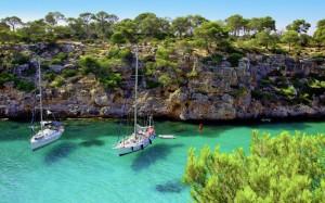 Vackert vatten och båtar på Mallorca